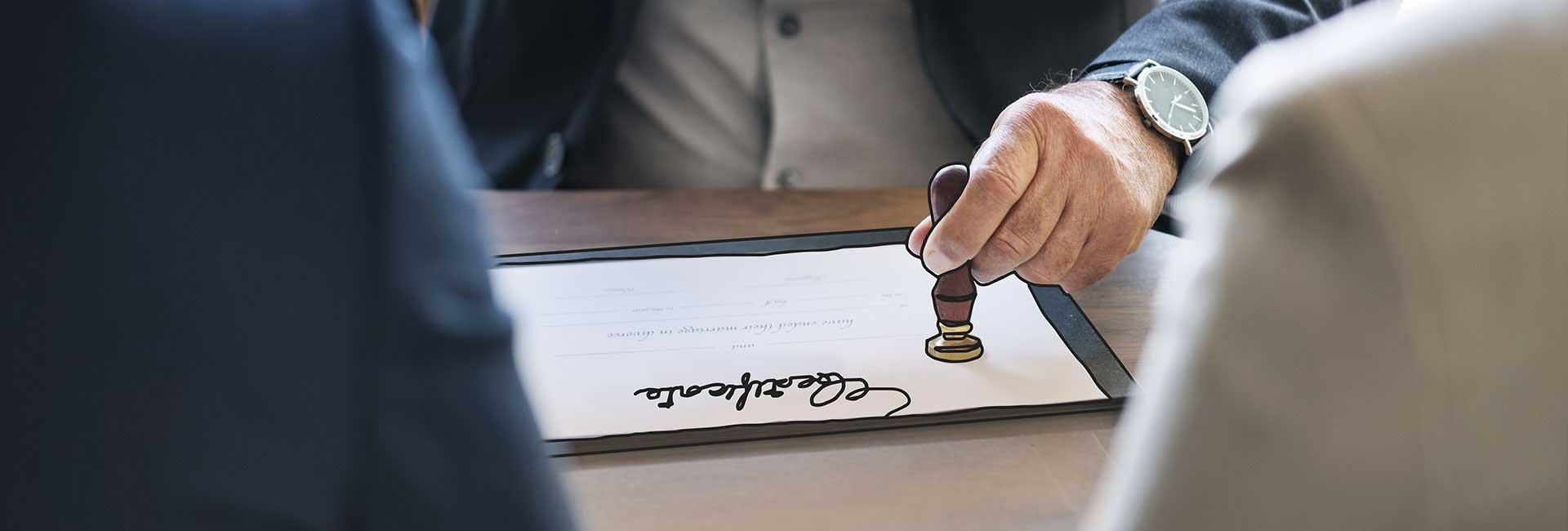 Immagine di un documento che viene timbrato